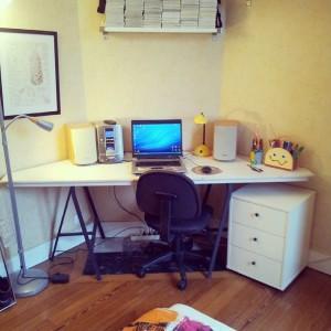 Un angle perdu ? non, un bel endroit pour un bureau !